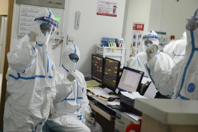 Trabajadores con trajes de protección