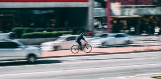 Ciclista enfocado entre coches desenfocados