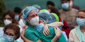 Dos enfermeras abrazándose en la entrada del Hospital Severo Ochoa