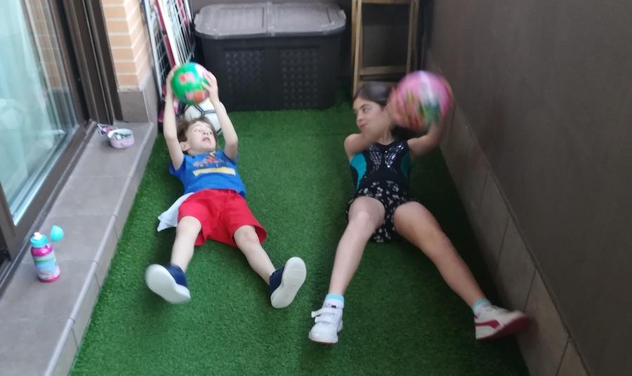Antonio y su hermana juegan en su terraza del Nuevo Tres Cantos. JUN2020