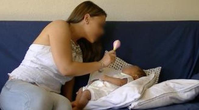 Madre interactúa con su bebé con una maraca © UAM