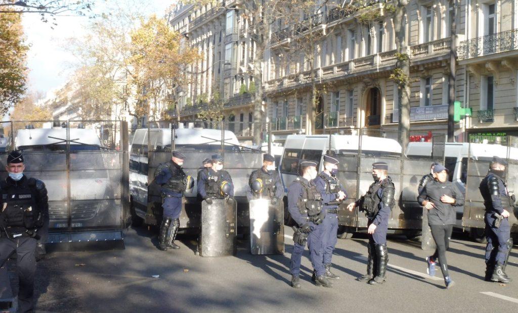 París, 21NOV2020, barreras policiales para dificultar el acceso a la Plaza del Trocadero