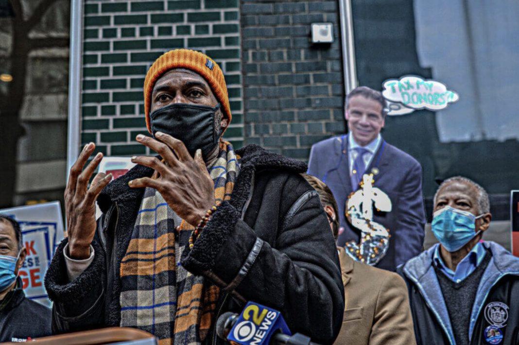 Debajo de la mirada de una efigie de Cuomo, el defensor público Jumaane Williams se emocionó con súplicas por un mañana mejor. © Dean Moses